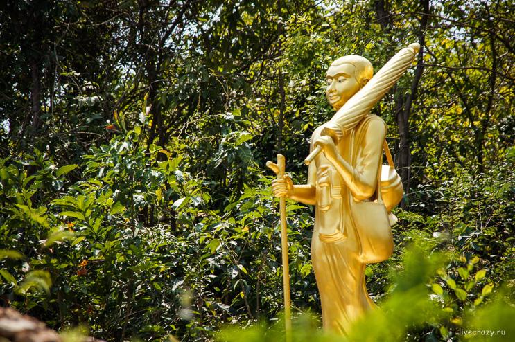 Золотая статуя на подходе к храму острова Ко Лан